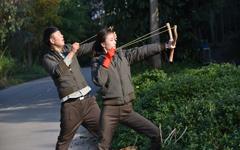 倪妮与杜海涛玩弹弓《奇妙的朋友》壁纸