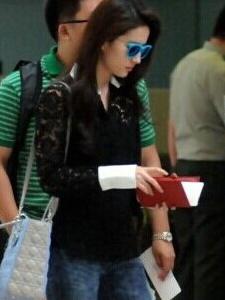 刘亦菲蕾丝衬衫戴墨镜机场偶遇吉克隽逸