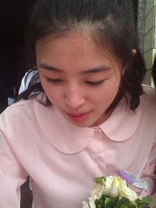 张含韵粉色透明裙显身材