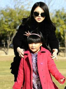 王诗龄与爸爸妈妈亲密照