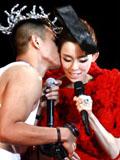 范玮琪2012演唱会高雅女王装扮 老公陈建州甜蜜献吻