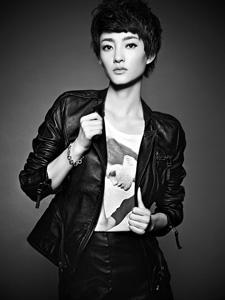 素颜女神王丽坤时尚新鲜照 短发皮衣酷感十足