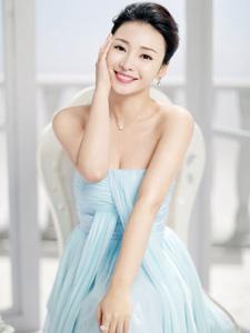 柳岩性感抹胸纱裙 肌肤白嫩笑容满面