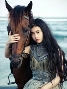 国民第一美女张辛苑与马儿的照片