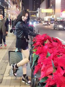 美女柳岩街头自拍照 大秀修长美腿