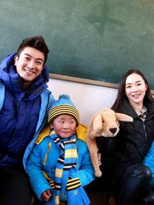 杜江携妻子霍思燕西部送温暖包 与同学们热情互动