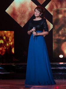 茜拉蓝裙包裹尽显迷人身材