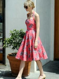 泰勒·斯威夫特夏日街拍 粉色碎花连衣裙显清新