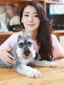 陈紫函与爱犬嬉戏温馨写真照