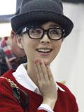 张静初可爱学院风街拍 猫耳帽+黑框眼镜
