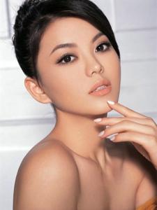李湘时尚写真 诠释妩媚女人味