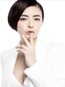 杨紫彤黑白装时尚写真 就是这么美