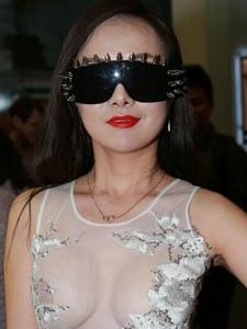 干露露香港街头大胆薄纱装 据称将拍限制级片