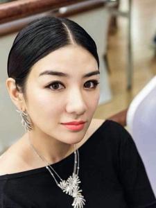 时尚女王黄奕自拍照