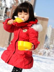大雪中的小可爱纪姿含