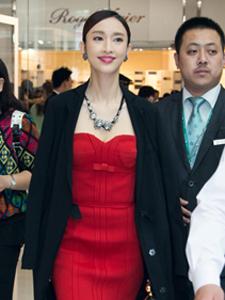 张俪身穿红色低胸裙出席活动