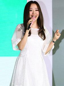 张靓颖身着白裙优雅亮相时尚活动