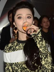 范冰冰出席品牌派对 狂饮香槟范儿十足