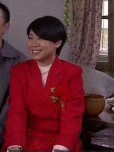 沈春阳一身红衣结婚照显喜气