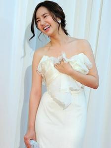 朴敏英出席百想艺术大赏颁奖典礼 白色长裙尽显完美身材