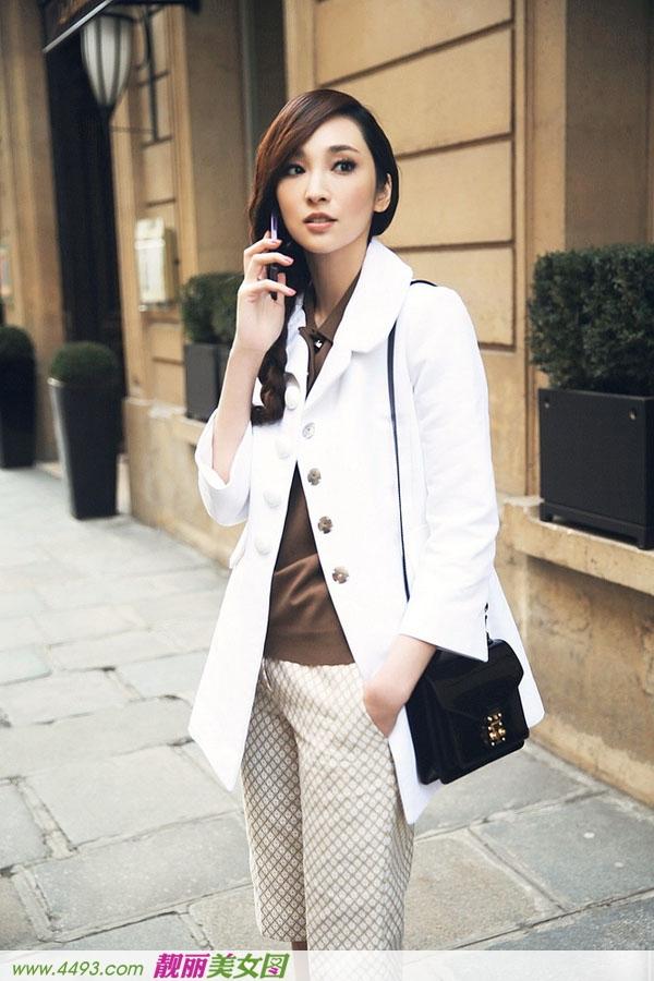 吴佩慈巴黎时尚街拍 白色西装清新简约