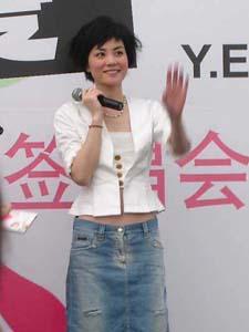 宣传新碟《将爱》的现场王菲