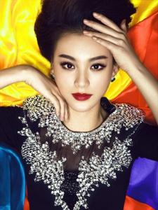毛林林时尚写真大片 烈焰红唇妩媚动人
