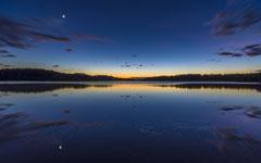 心旷神怡宁静的湖面风景桌面壁纸