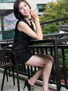 秋瓷炫黑色衣裙大秀美腿