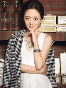 许榕真全新时尚写真 尽显白领丽人气质