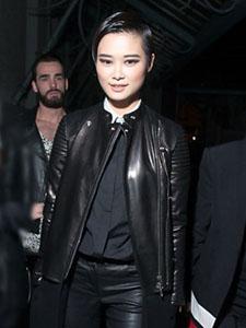 李宇春身穿酷黑色皮衣 现身巴黎时装周