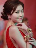 熊黛林红裙亮相珠宝活动 性感妩媚动人