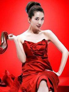 林志玲红装出镜秀美腿