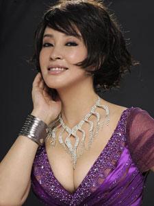 刘晓庆与化妆师娇嫩照走光 微博生活素颜近照