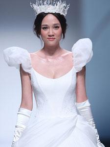 陈乔恩白色婚纱走秀 头戴皇冠犹如白雪公主