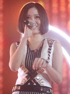 姚贝娜舞台唱歌照