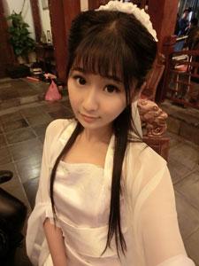 戚蓝尹白色长裙演绎清纯少女美若天仙