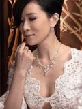 佘诗曼蕾丝低胸装登封面展脱变之美