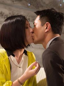 《单身男女2》剧照曝光 古天乐单膝跪地向杨千嬅求婚