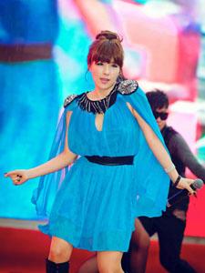 蔡妍蓝裙妖娆舞姿优美