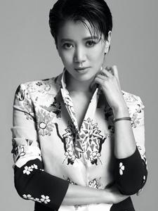袁咏仪黑白率性写真演绎辣妈风采